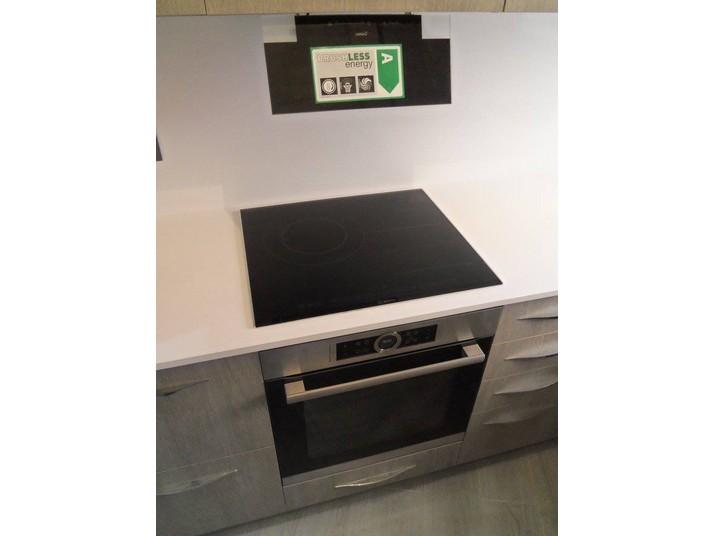 Reforma cocina roble gris vista de la campana junto a la placa de inducción y el horno