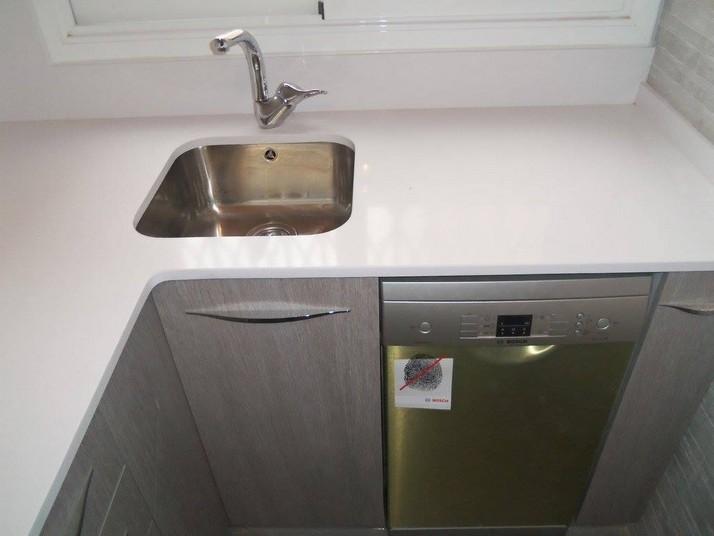 Reforma cocina roble gris detalle del fregadero bajo encimera