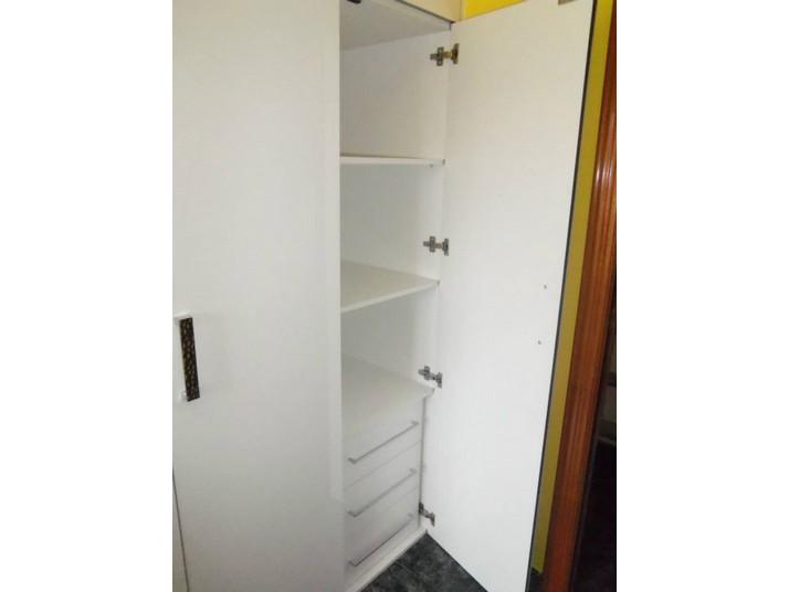 Tres cajones y tres estantes hechos a medida dentro del armario blanco luxe
