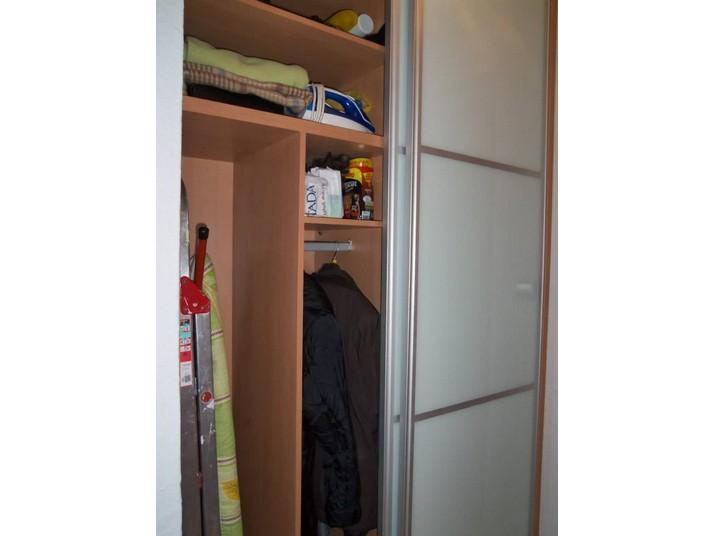 Muestra de los compartimentos del interior del armario de puertas correderas