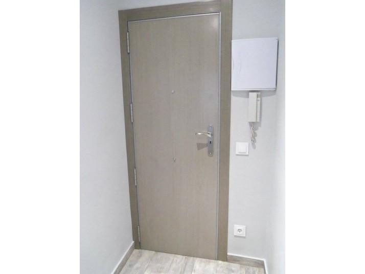 Puerta blindada en roble gris
