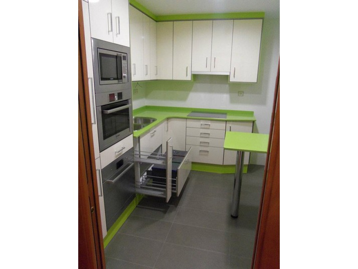Reforma de cocina en color verde y blanco