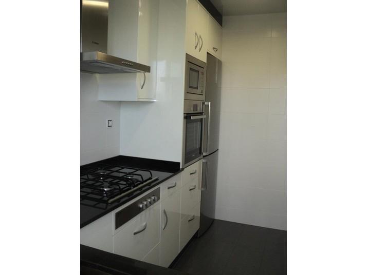 Muebles de cocina en blanco luxe y cierre de muebles en la parte superior de color Antracita