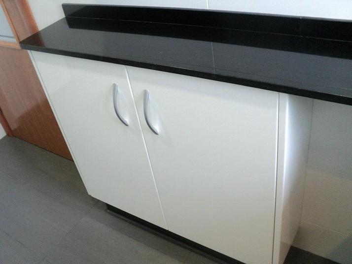 Muebles en blanco y zócalo en color antracita
