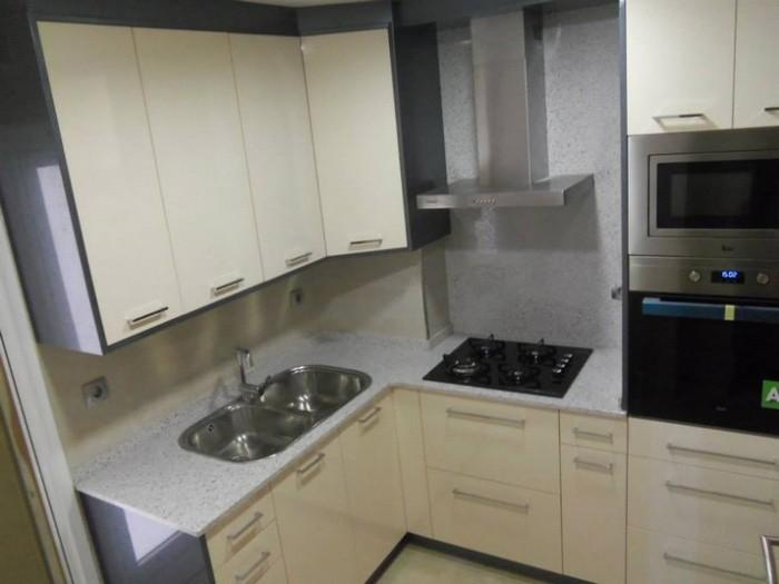 Muebles superiores de la cocina en color blanco y inferiores de color beige