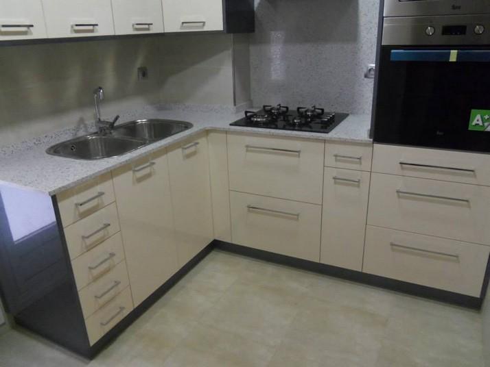 Muebles de cocina en color blanco y color beige con antracita brillo