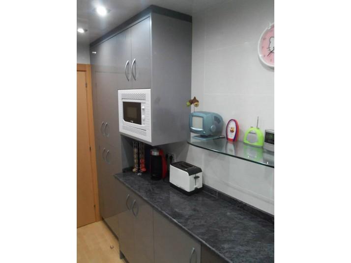 Armarios de cocina a medida en color gris metalizado