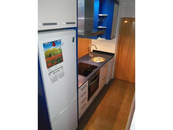 Encimera silestone azul y costados de los muebles de cocina en azul marino