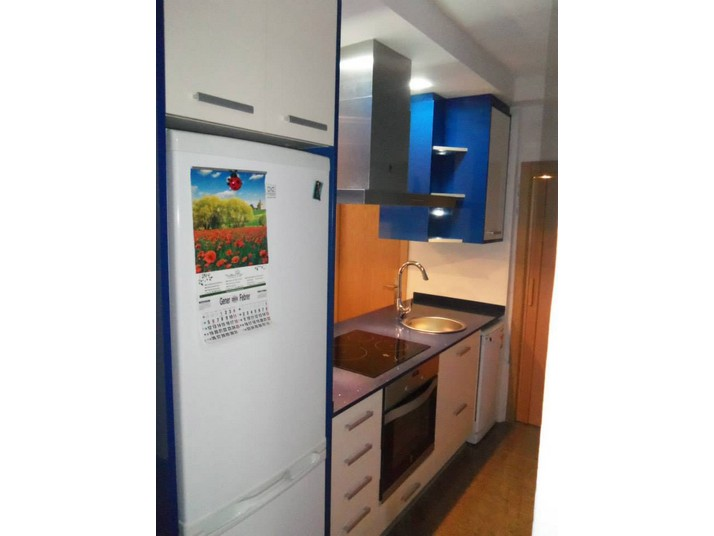 Detalle del costado de los muebles de cocina en azul marino
