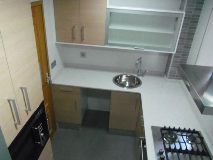 Mueble terminal que permite aprovechar el espacio entre la puerta y la cocina
