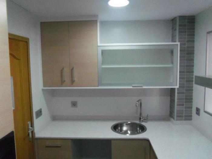 Muebles de cocina en roble claro, encinmera en silestone blanco y plata