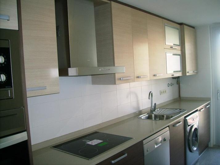 Muebles de cocina altos en roble claro y bajos en roble oscuro