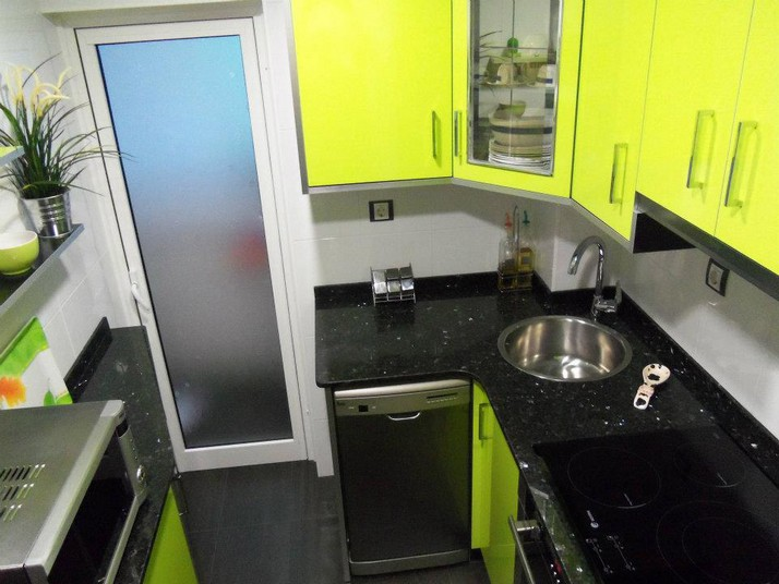 muebles de cocina en verde pistacho y negro, con encimera de Silestone color labrador oscuro