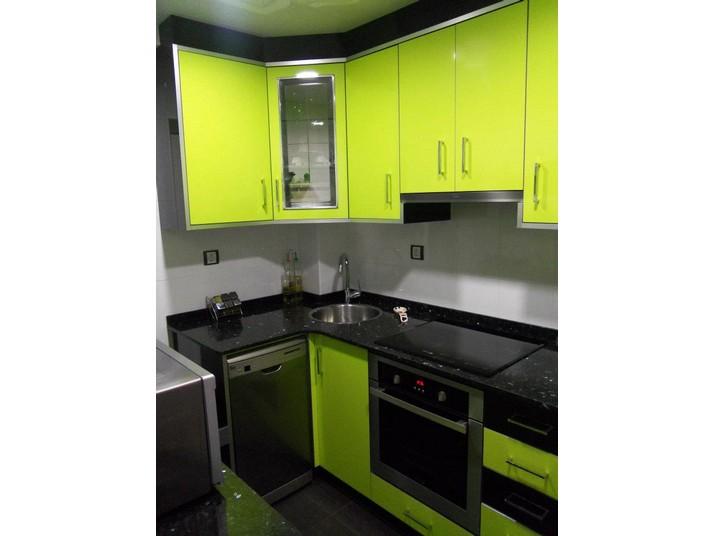 Colores de los muebles de cocina a medida en Verde pistacho y negro brillo