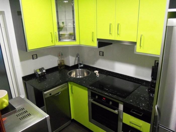 Reforma de cocina en verde pistacho y negro