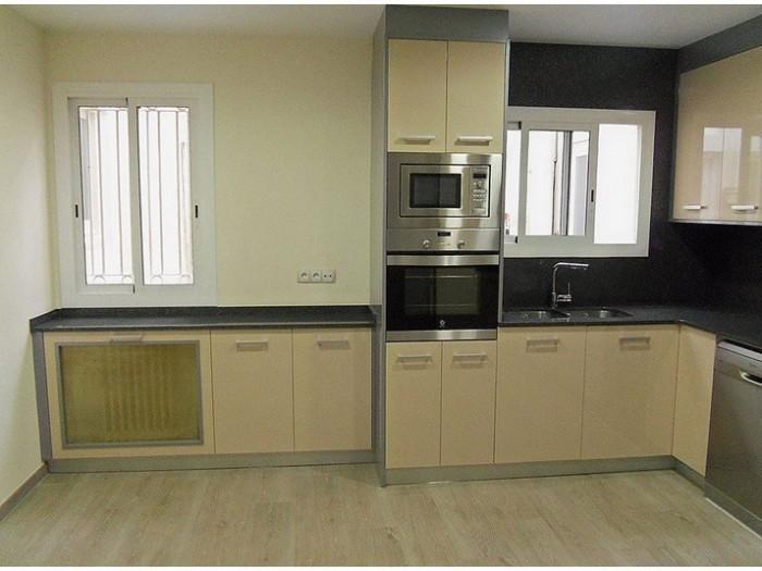 Reforma-cocina-beige-y-gris-muebles-a-medida