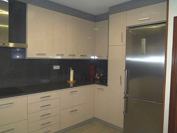 Cocina beige y gris metalizado cocinas franc - Cocinas con azulejos beige ...