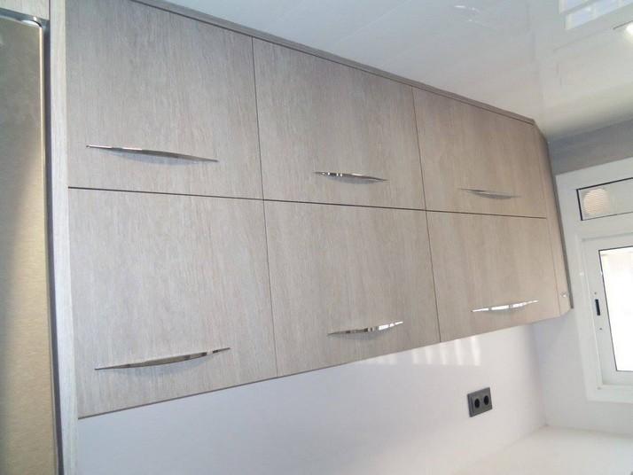 Reforma cocina roble gris muebles altos