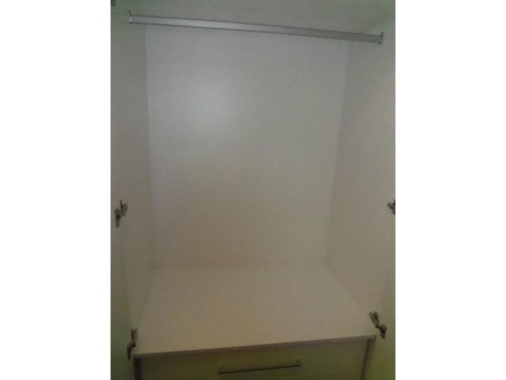 Espacio interior del armario blanco luxe