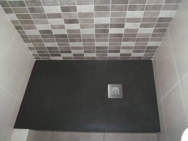 Detalle del plato de ducha de carga mineral natural extraplano en tonalidad moka