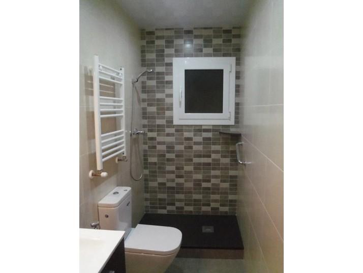 Baño sin mampara de alumínio instalada