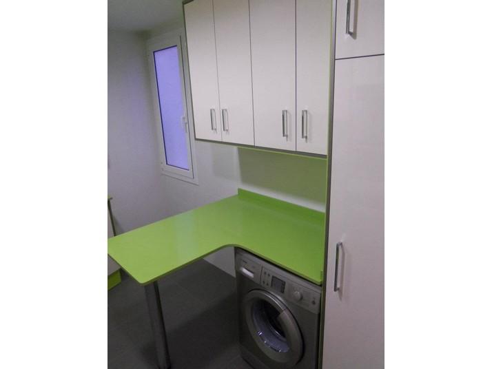 Mesita con lavadora debajo incorporada en la reforma verde y blanco