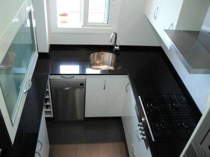 Cocina blanca y negra cocinas franc for Encimera negra brillo