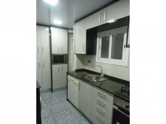 reforma-cocina-gris-y-negra-mueble-columna