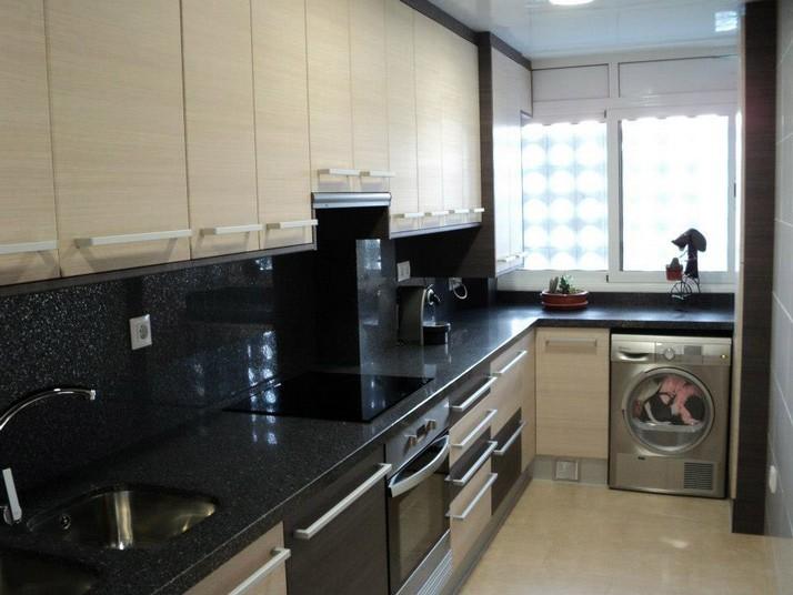 Muebles de cocina roble claro con cierre de muebles en el techo
