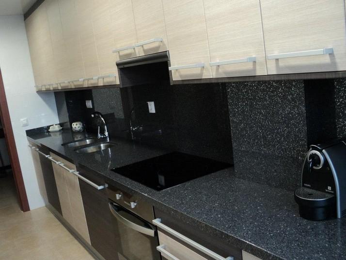 Encimera Silestone carbono y muebles de cocina a medida de roble claro