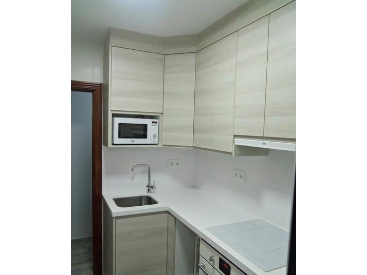 Vista frontal de las puertas de cocina con veta horizontal